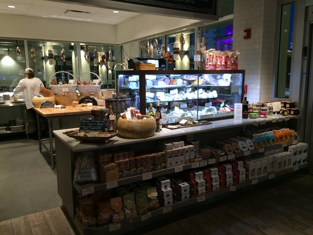 A loja de queijos. Há, espalhados pelo mercado, vários quiosques/lojas especializados.