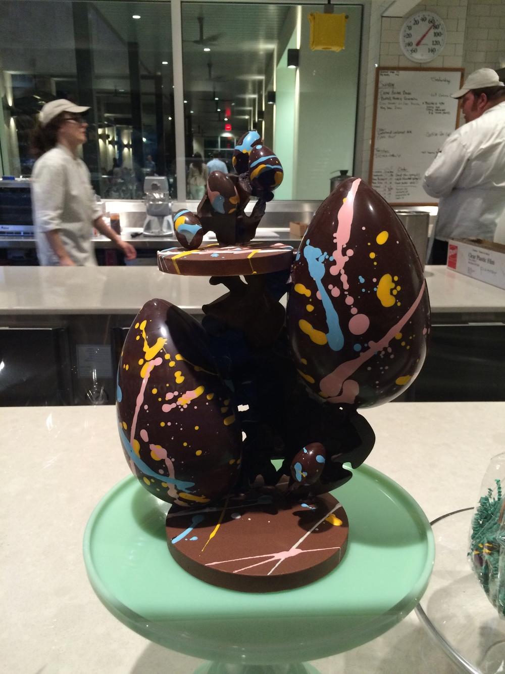 Como era Páscoa, uma escultura de Ovo de chocolate na Confeitaria.