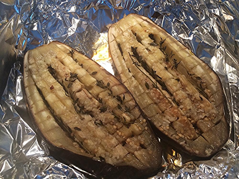 Elas estarão prontas quando a carne estiver transparente e macia, podendo ser facilmente retirada da casca com uma colher. Retire do forno e deixe esfriar.