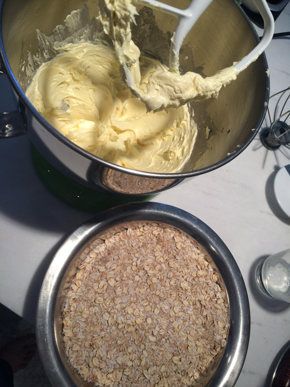 O próximo passo é incorporar o ovo à mistura de manteiga. Bata o ovo como se fosse fazer uma omelete e acrescente-o aos poucos, com a bateira ligada em velocidade baixa. Pra emulsionar o ovo na gordura é preciso que isso seja feito devagar. Se você colocar o ovo de uma vez, vai ver que os dois vão custar a juntar. Se isso acontecer e o aspecto da mistura ficar talhado, aqueça um pouco a tigela da batedeira (eu costumo usar minhas mãos mesmo, enquanto a batedeira funciona, mas vc pode levá-la ao fogo um instante e voltar pra batedeira. Claro que se for fazer isso a tigela da sua batedeira deverá ser resistente ao fogo. Nada de plástico derretido nesta receita, heim? Uma vez incorporado o ovo, bata até a massa ficar bem fofa. É hora de adicionar todos os outros ingredientes secos, já misturados. Deixe os ingredientes em pedaços pra adicionar depois.