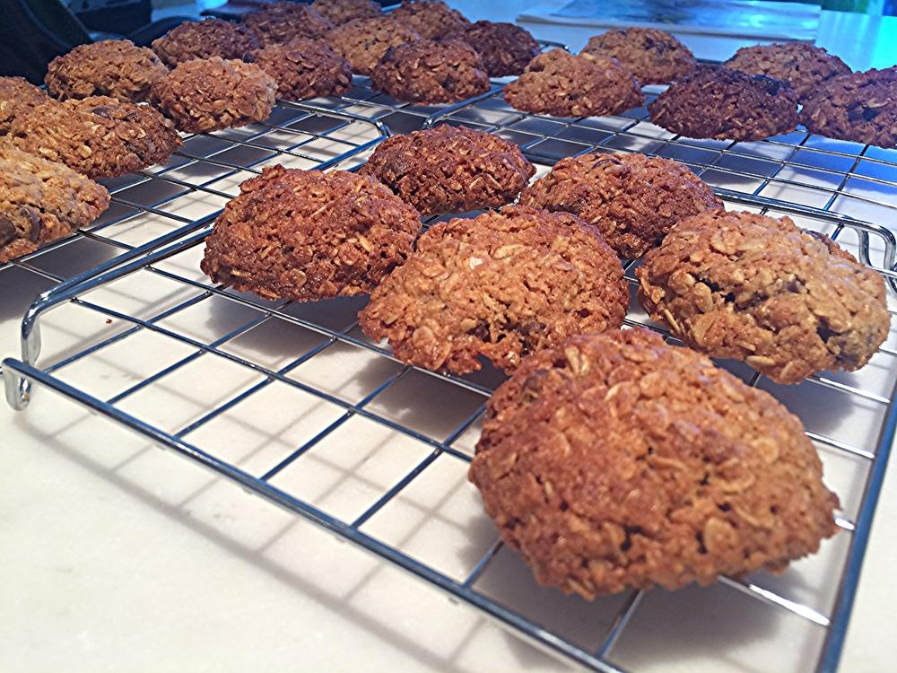 Retire os cookies da assadeira e ponha-os sobre uma grade pra que possam esfriar. Estes foram submetidos à várias pessoas no meu trabalho, todas elas americanas. Todo mundo elogiou bastante! Faz em casa! ;)