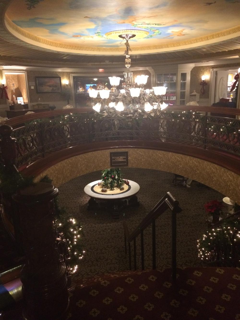 Escadaria que dá acesso ao primeiro piso do barco, onde ficavam o teatro, o bar, o piano lounge e o restaurante. Pra ver mais fotos do interior do barco, clique aqui.