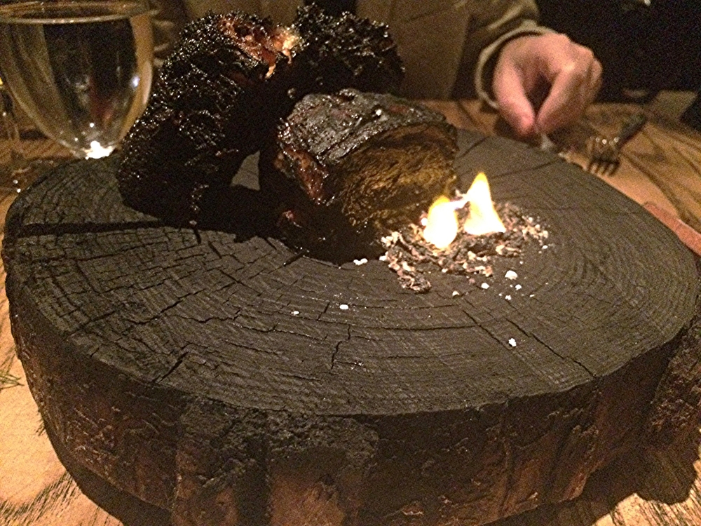 Apesar de tudo estar preto, abaixo é uma barriga de porco espetacularmente derretendo envolvida em molho romesco enegrecido de uma forma que eu não sei qual (acredito que tinha tinta de lula) e um pedaço de pão no mesmo molho, divino também. Assim que o prato chega na mesa, o garçon põe fogo num carvãozinho ao lado, pra dar um quê de churrasco. O nome do prato é  Cerdo y Romesco , que veio acompanhado de: