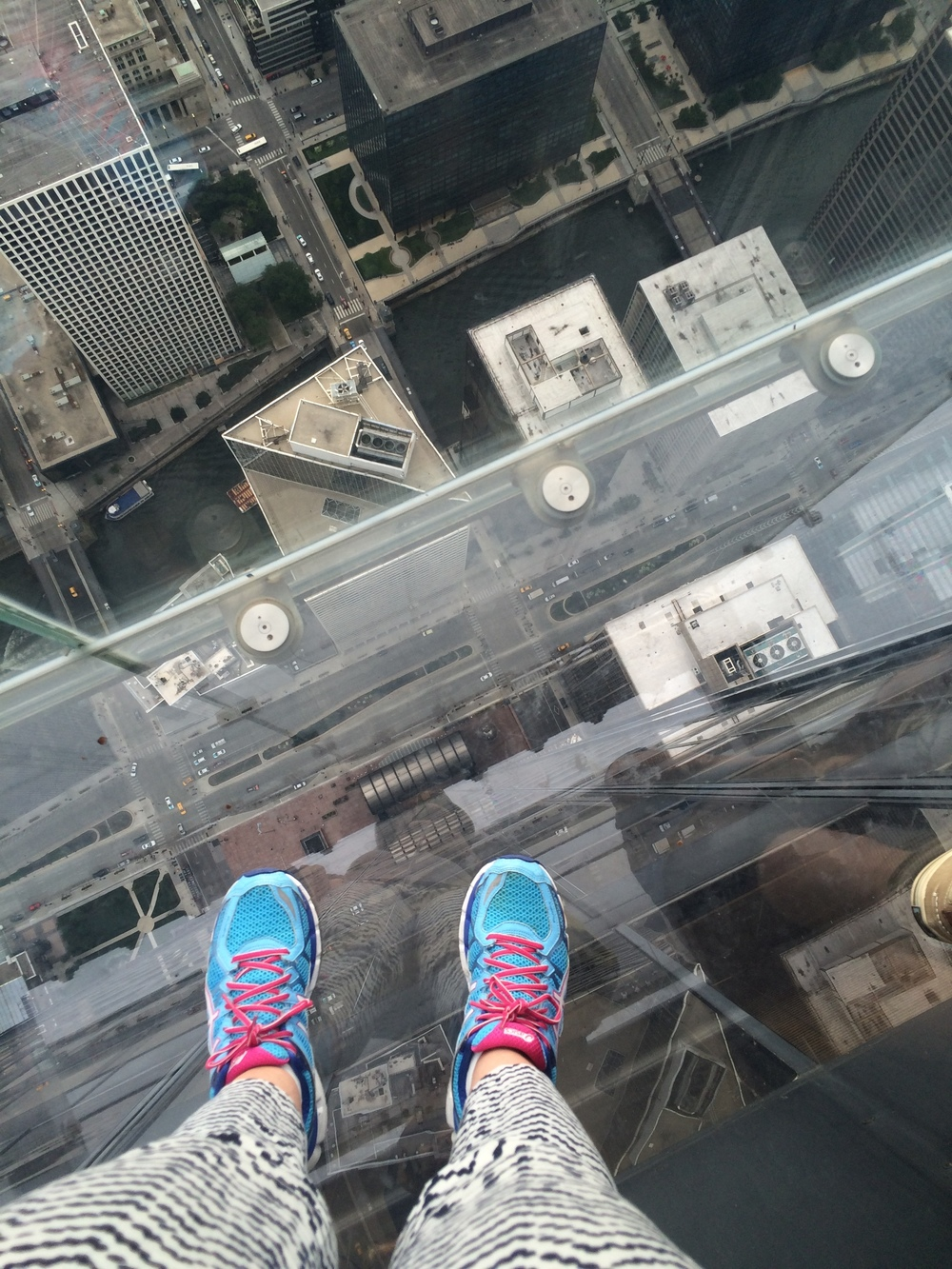 Este prédio, onde fica localizado o   Skydeck  , chama-se  Willis Tower . É o prédio da antiga loja de departamentos  Sears , lembra? Pena que as caixas do  Skydeck  ficam num lado com vista menos interessante que a da foto acima. Mas mesmo assim vale a sensação de estar flutuando sobre a cidade.