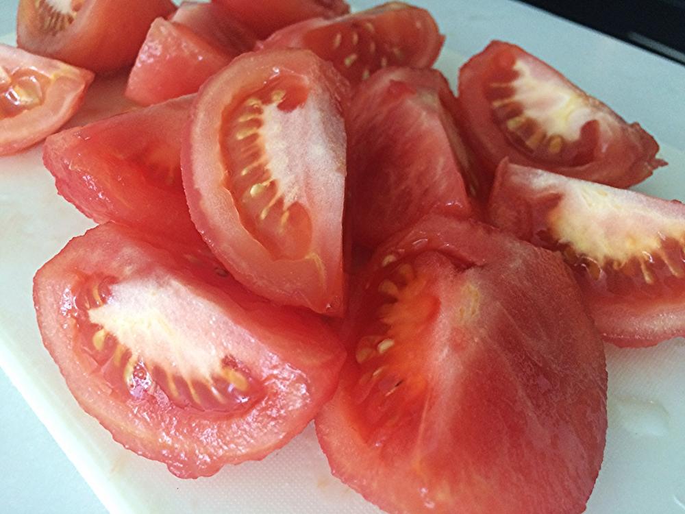 Corte os tomates em quatro e retire aquela parte branca que fica junto onde antes ficava o cabo. Corte-os grosseiramente, com as sementes,e reserve.