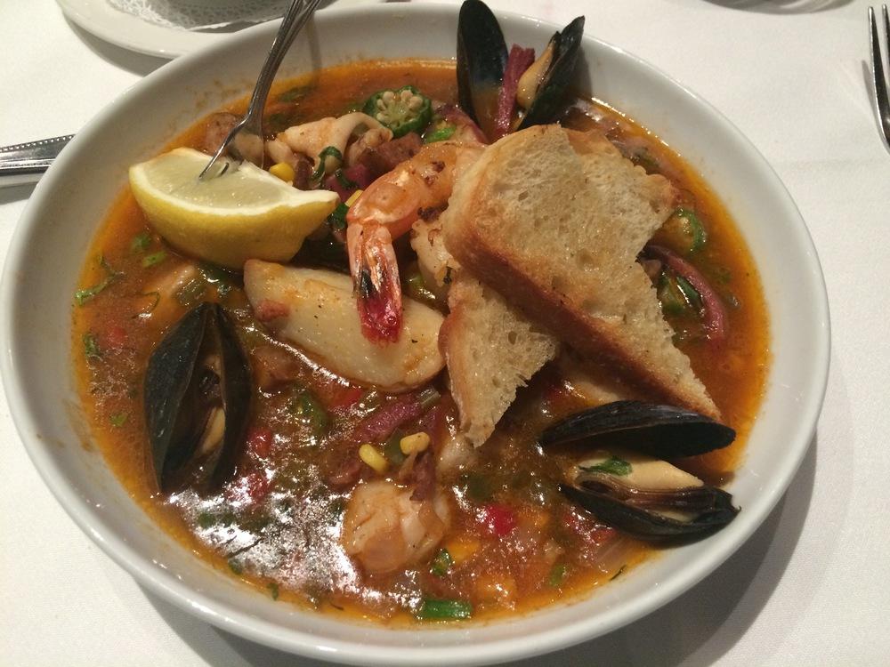 Low country Bouillabaisse : um ensopado de frutos do mar incrível, muito saboroso e reconfortante. Poderia ter refil e não acabar nunca mais...