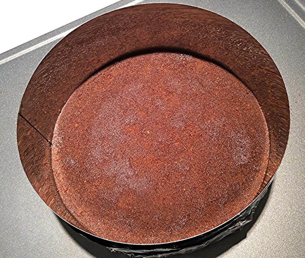 Coloque a farofa obtida com os ingredientes processados no fundo da forma (20 cm de diâmetro) e faça uma camada compacta,apertando-a com os dedos. Você pode usar uma colher ou um pote de vidro com o fundo liso para nivelar bem esta camada e deixa-la lisinha como a da foto.