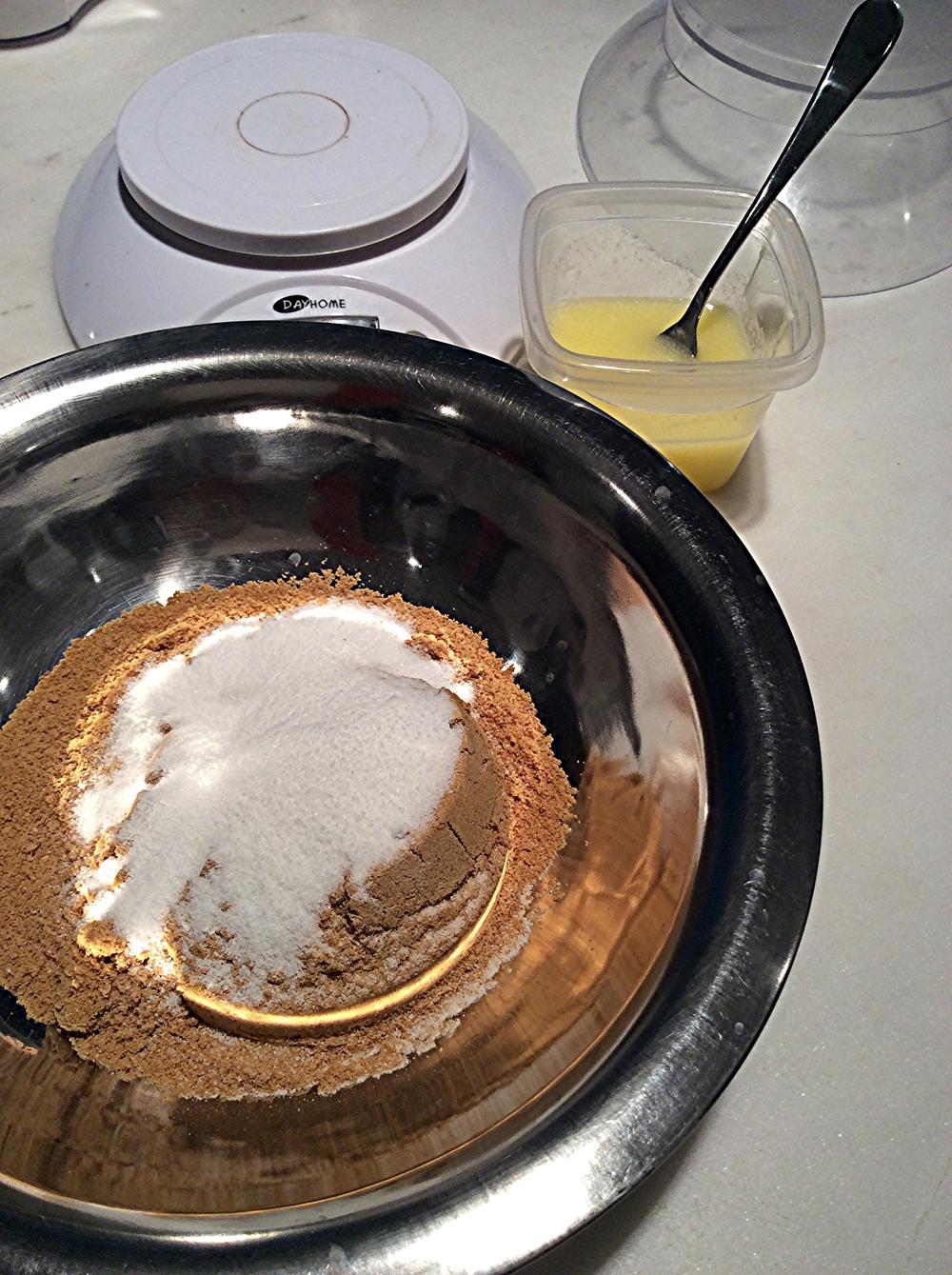 Triture os biscoitos no liquidificador ou processador de alimentos. Junte o açúcar, o cacau em pó e processe até incorporar.