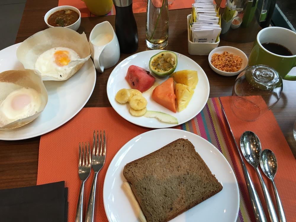 Meu primeiro café da manhã Cingalês. Frutas com gosto bem parecido com as do Brasil.