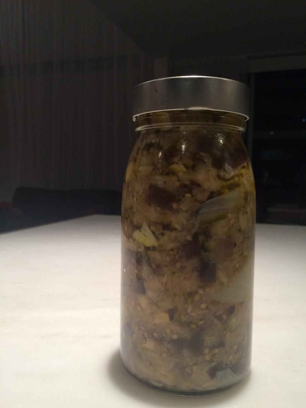 Esta é a aparência do antepasto quando ingredientes são misturados todos juntos num  bowl  antes de irem para o vidro.