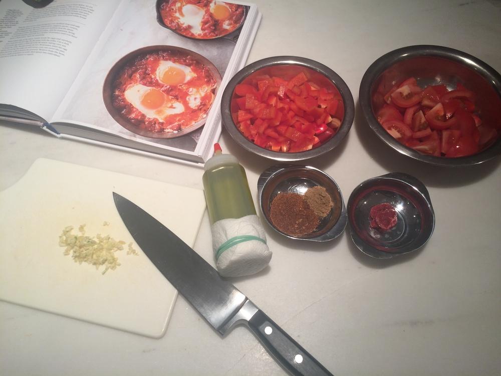 Você pode fazer a sua própria harissa em pasta, basta clicar na palavra dentre os ingredientes para assistir ao vídeo explicativo. Eu usei uma em pó que encontrei pronta.