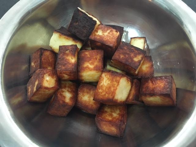 Vire os cubos de queijo até que todos os lados fiquem dourados e reserve.