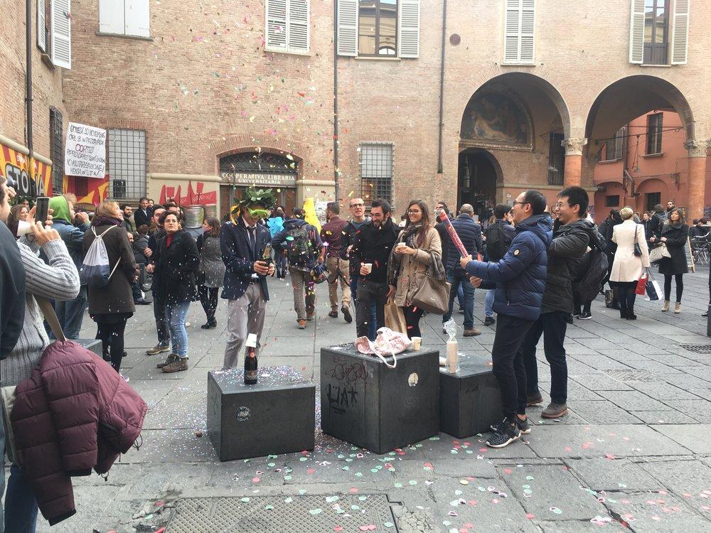 Bologna é uma cidade universitária. Umberto Eco lecionava na universidade daqui. No meio de um passeio sem rumo, topei com formandos celebrando a conquista com família e amigos.