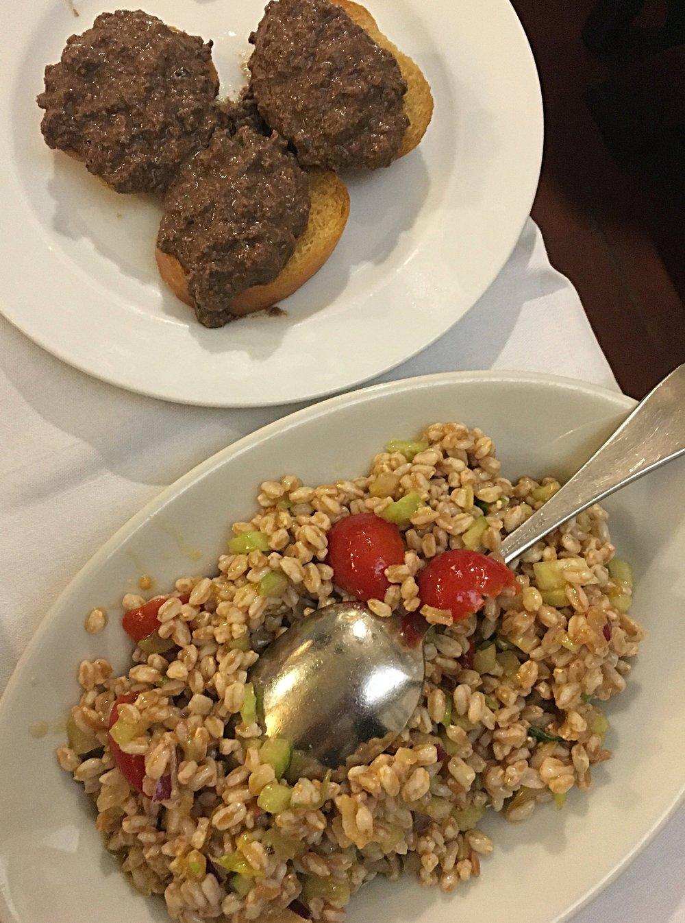 Salada de farro e torradas com patê de fígado.