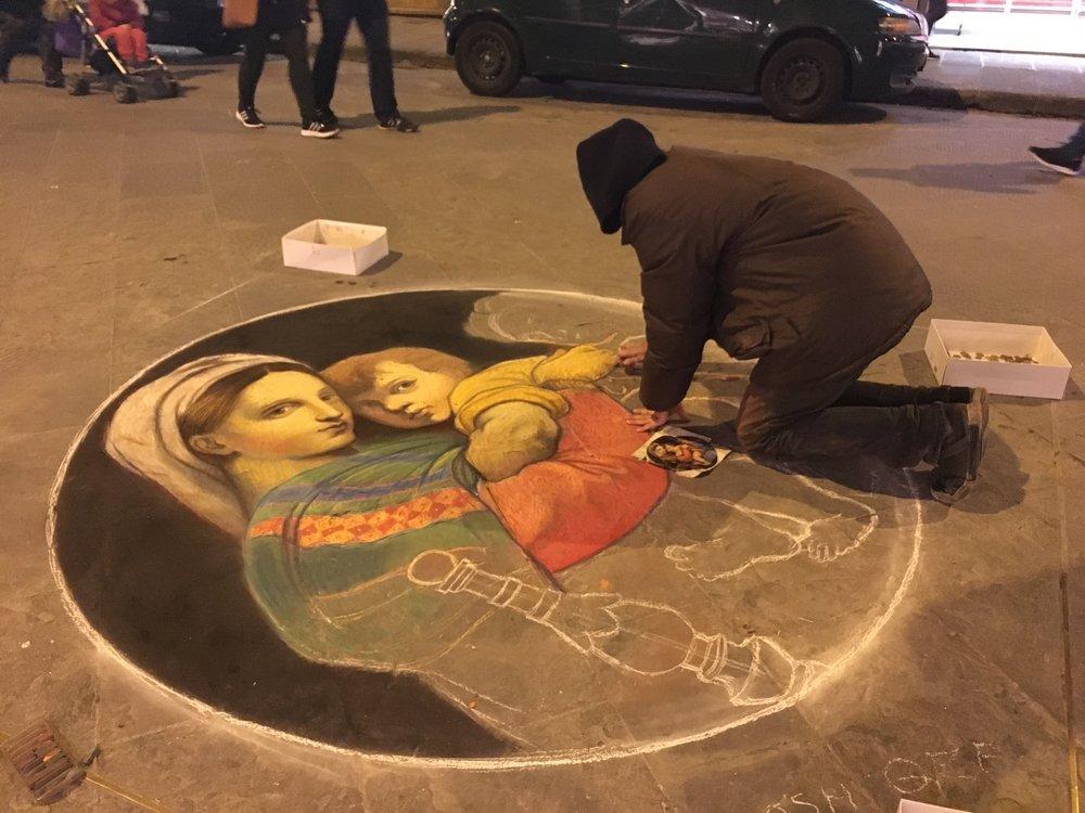 Este artista passou o dia reproduzindo esta obra de arte no passeio, com giz de lousa.