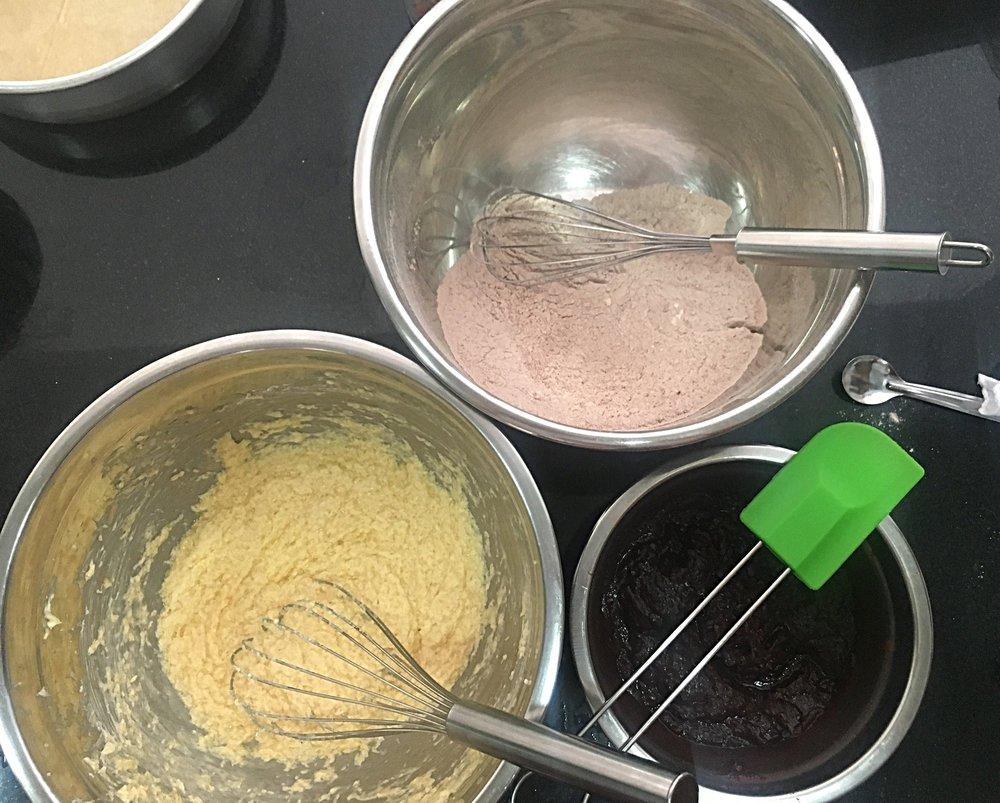 Misture os secos todos numa tigela grande e tenha à mão as 3 tigelas.