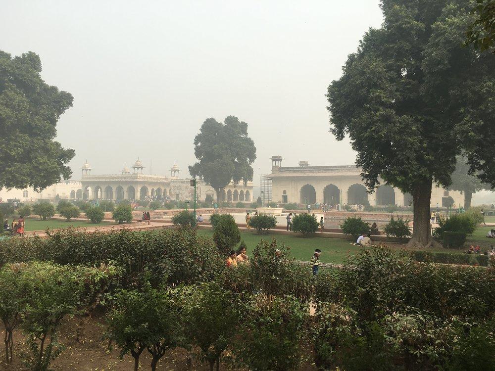 Dentro do Red Fort, em Délhi. Aqui dá pra ver a névoa que paira no ar o tempo todo. Fumaça.