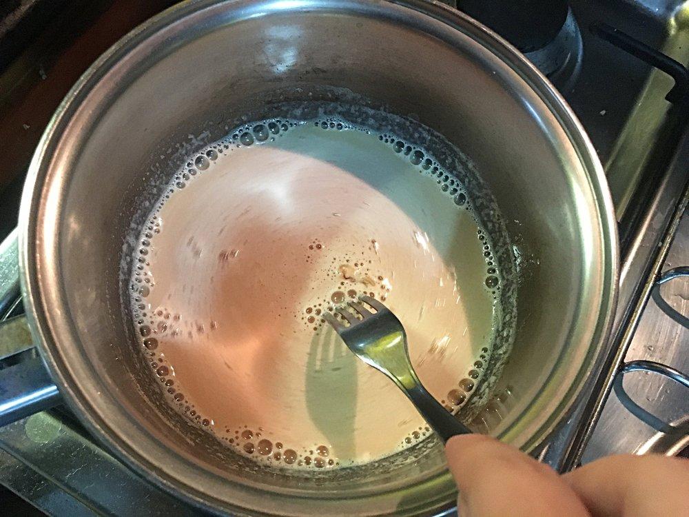 Mexa até que o caramelo se dissolva e incorpore totalmente ao leite.