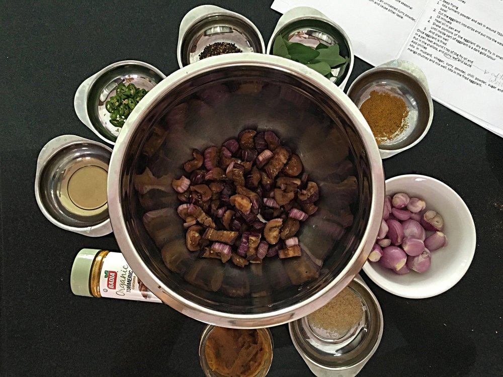 Separe e pese todos os ingredientes. Aqui na foto a berinjela já está preparada para ir pra fritura. Os passos pra chegar neste resultado estão abaixo.