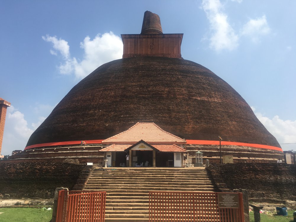 Stupas enormes. É nelas que se guardam relíquias de valor para os budistas.