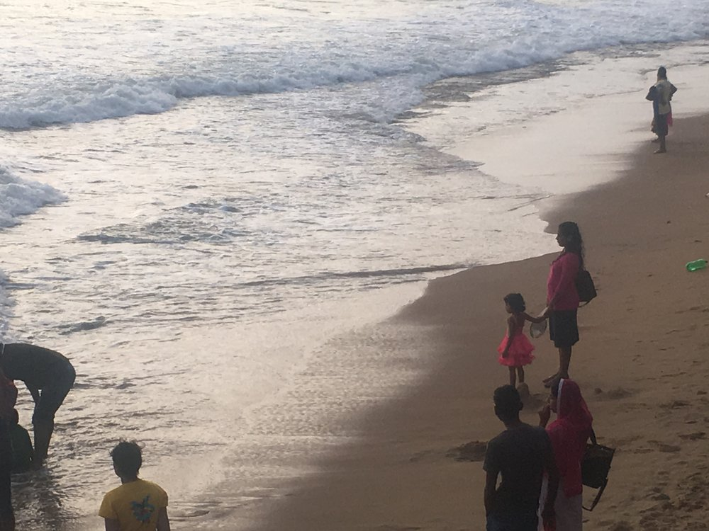 Quando você estiver em Colombo, dê uma chegadinha no  Galle Face Green  perto da hora do sol se pôr. Vá observar os srilanqueses com suas famílias aproveitando aquilo que ainda é de graça. Uma das coisas que mais gosto de fazer é vir aqui e observar. Depois que o sol se pôr, vá tomar um drink no  Galle Face Hotel,  o mais famoso da cidade.