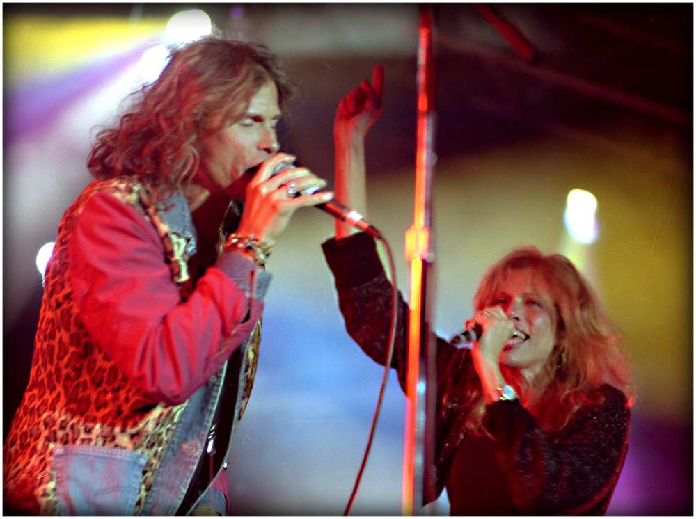 """Who is So Vain?"" - Steven Tyler shares the stage with Carly at ""Livestock '95""."