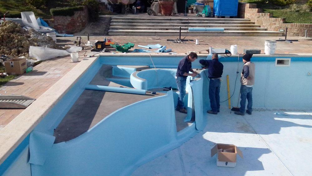 Arredo piscina come restaurare una piscina preformati for Arredamento piscine