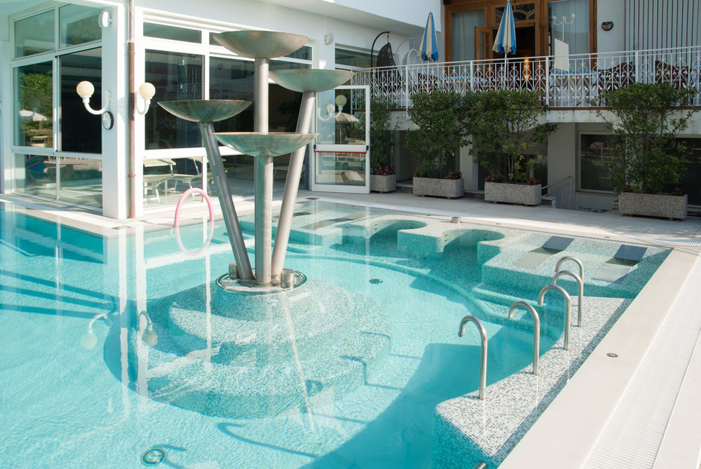 produzione interni piscina scale panche per piscina