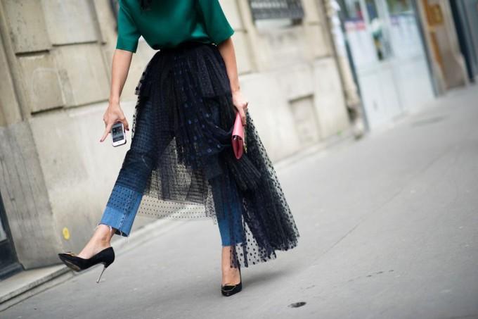 paris-street-style-Yasmin-Sewell-black-tutu-tulle-jeans-heels-pumps-680x453.jpg