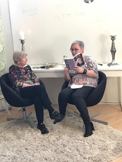 Eva Kallai Läser ur Dagnys bok.