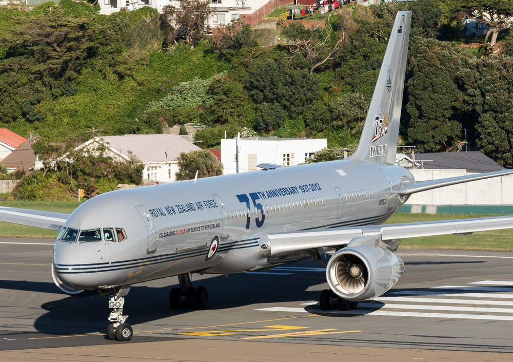 RNZAF Boeing 757-200 NZ7571 arriving in Wellington