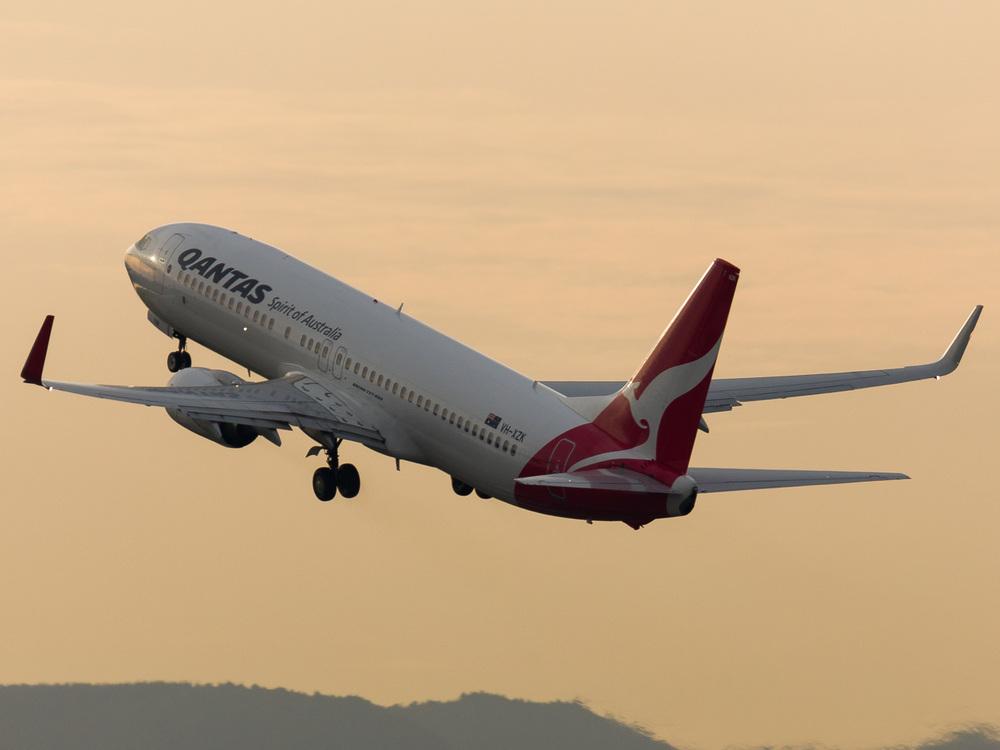 Qantas Boeing 737-800 VH-XZK departing 05R