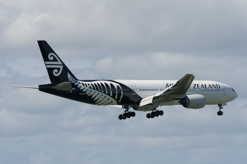 Air New Zealand Boeing 777-200ER ZK-OKE arriving in Auckland. 19/12/2017