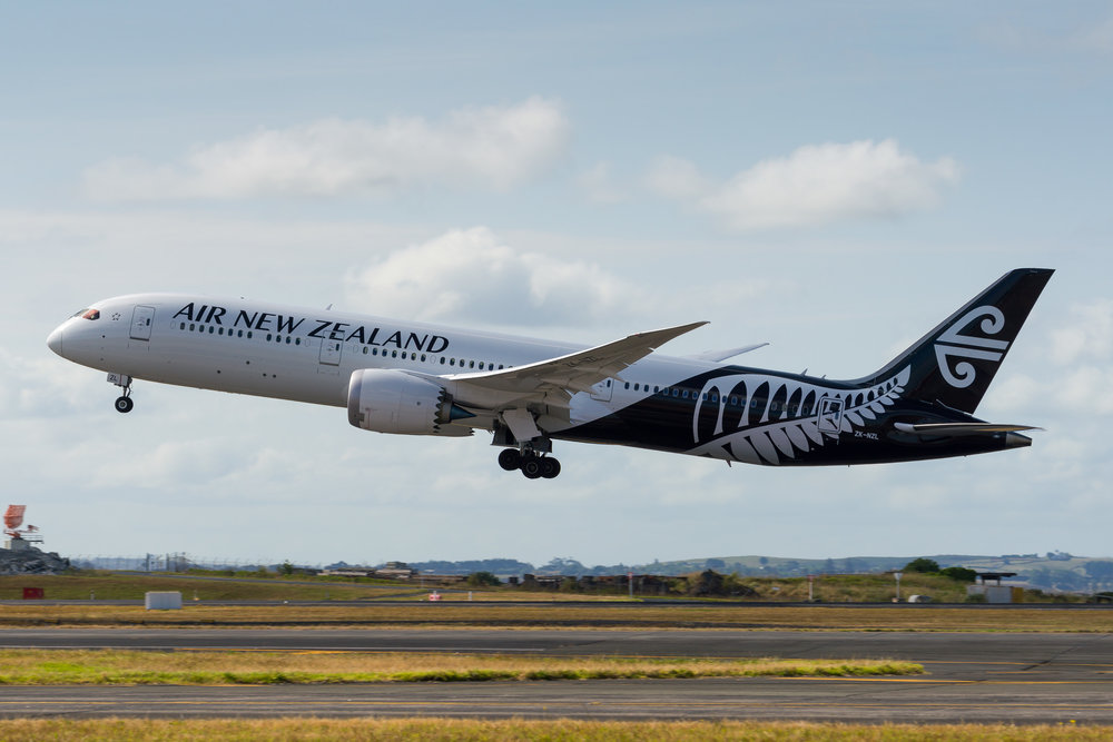Air New Zealand Boeing 787-9 ZK-NZL departing Auckland. 24/12/2017