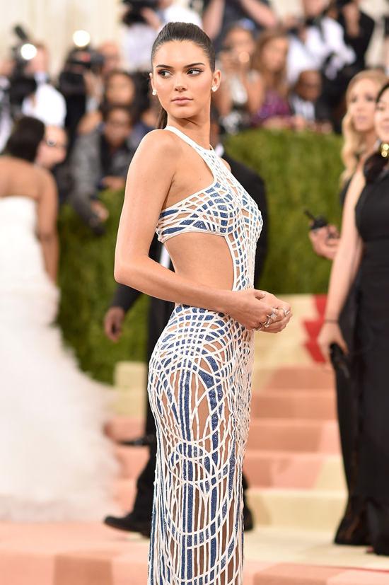 Kendall-Jenner-Kylie-Jenner-Met-Gala-2016-Red-Carpet-Fashion-Balmain-Atelier-Versace-Tom-Lorenzo-Site-4.jpg