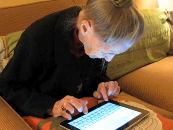 A-100-year-old-Virginia-woman-types-on-her-iPad-600x451