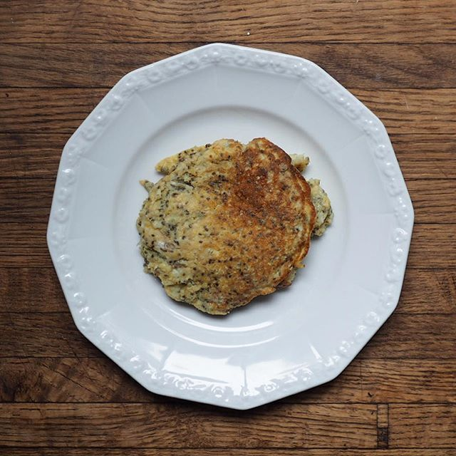 Perfect breakfast for a lazy morning: banana pancakes with chia and coconut 🍴