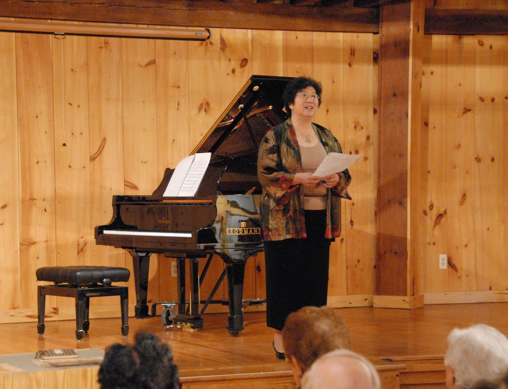 Chiu-Tze Lin welcomes the audience and introduces the Bravura chamber players