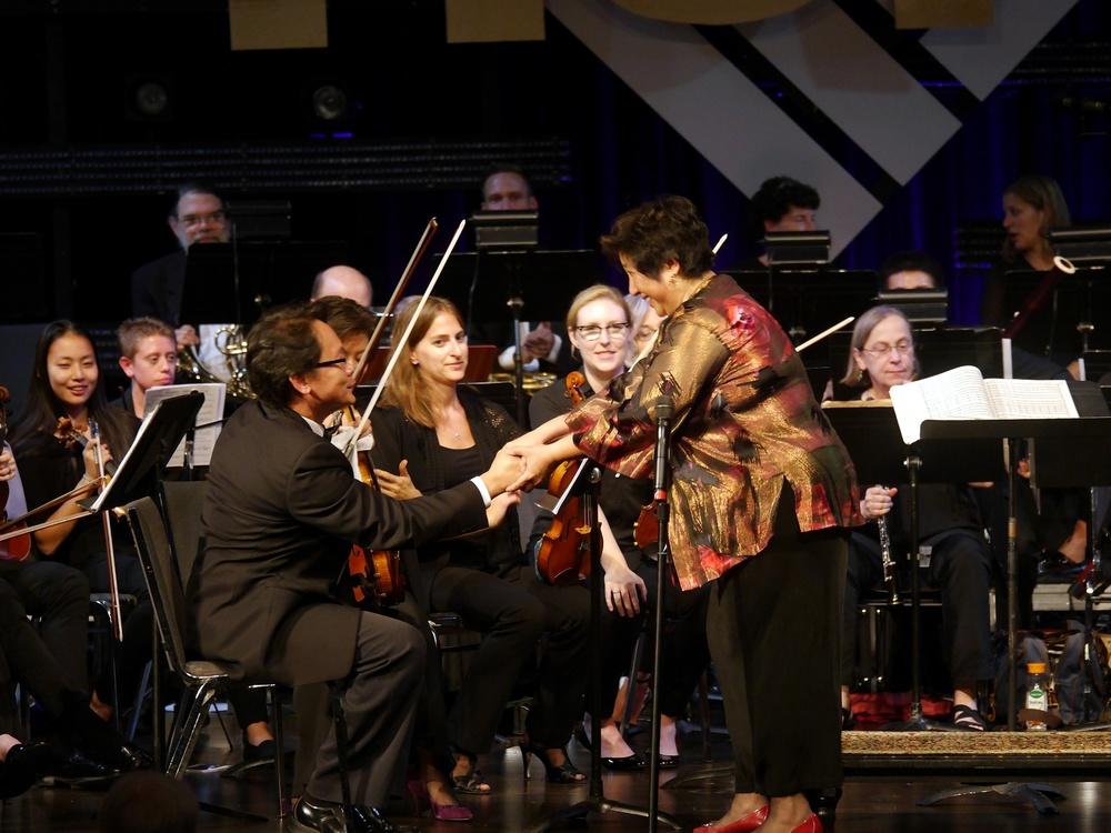 Maestra Lin thanking concertmaster Kevin Tsai