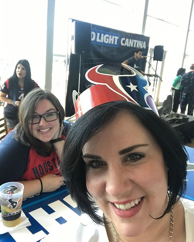 GOoOOOO TEXANS!!! 🏆⚾️⚾️ Hanging out with my diehard, my never miss a game,  my knows more strategies than the playbook, my pick up where we left off friend and the one that is a friend for life!! #texansgameday #gotexans #🏈 #notrollsallowed #hduke #football
