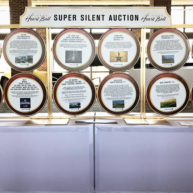 I just love this clean cut and creative display of item descriptions for a super silent auction. By #kehoedesigns #deseoevents