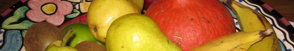 Fruits dans une magnifique bol en poterie