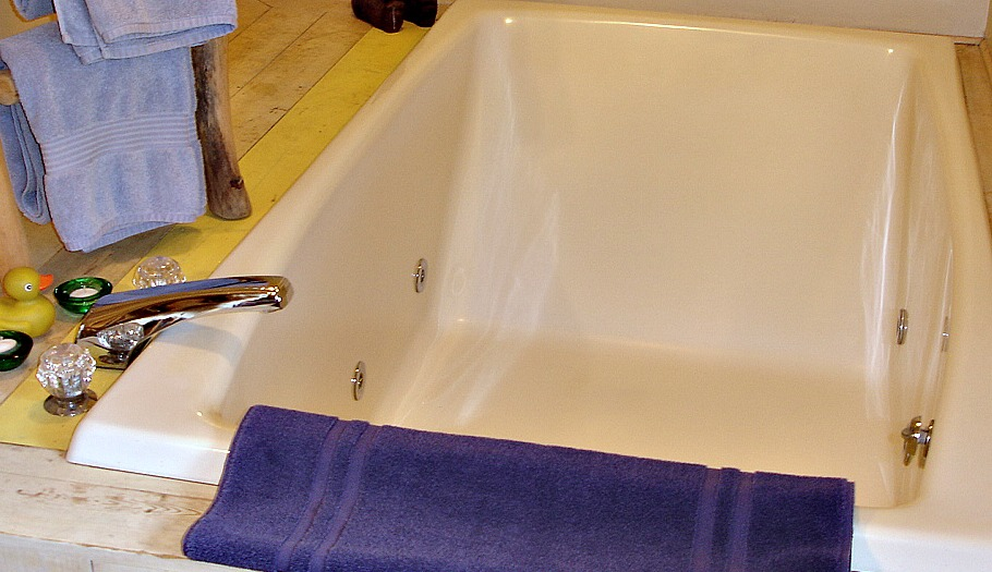 Birch Room two-person whirlpool tub