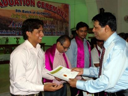 Sundar presentinf certificate.JPG