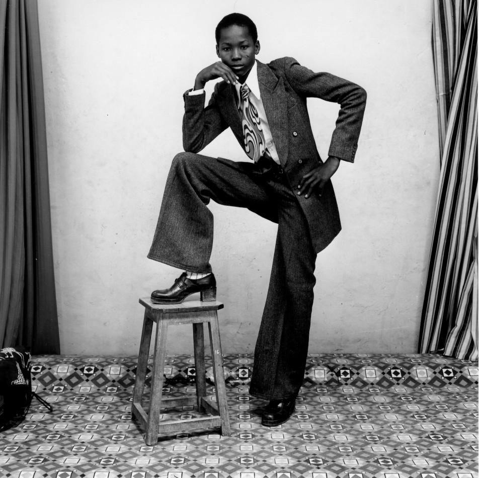 Malick-SidibÇ_Un-jeune-gentleman_1978-YOUNG MAN WITH BELLBOTTOMS, SATCHEL, AND WATCH. 1977952x950.jpg