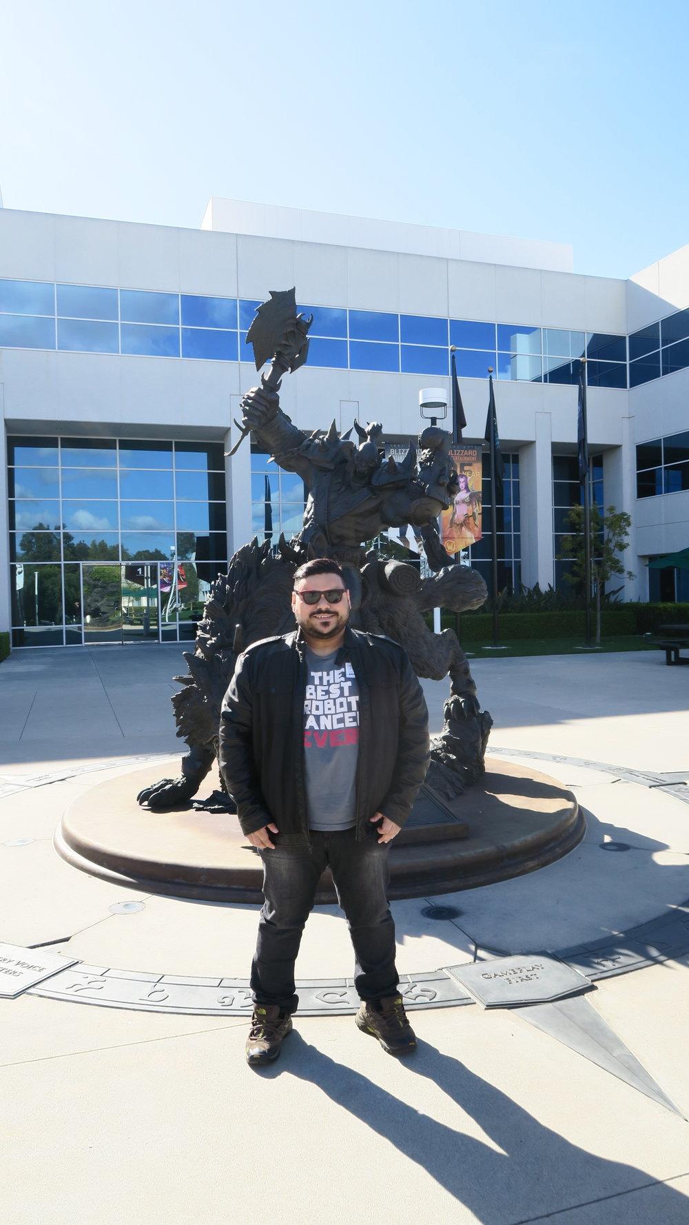 Clássica foto na sede da Blizzard, aqui as equipes dos jogos normalmente tiram as fotos de time