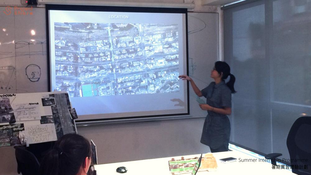 參加者在實習公司向同事分享實習成果。