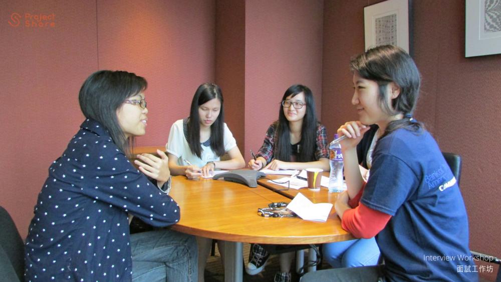 義工導師細心聆聽學生分享他們的故事。