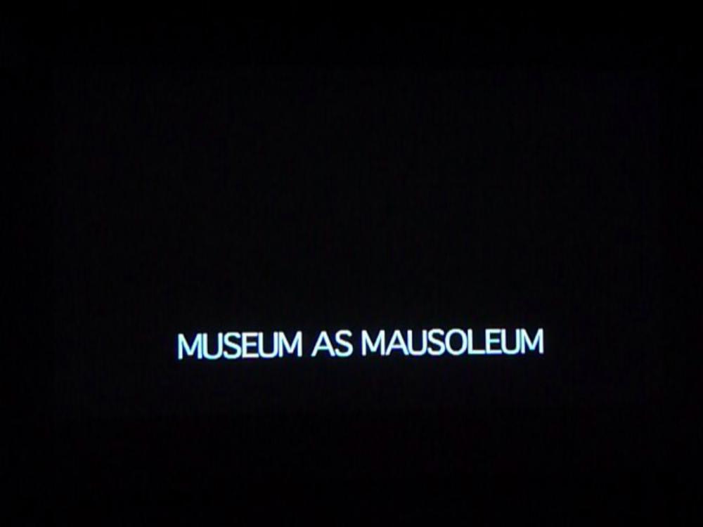 Museum as mausoleum , photographie extraite d'une vidéo de Karl Holmqvist, 2012.