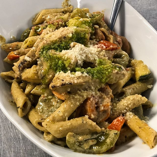 Grilled Pesto Chicken Pasta Primavera... can you imagine being being passed a big bowl of this at the dinner table!? 🤤 #familystyle